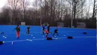 Bal aan stick, ná dummy van bal afblijven en direct afronden op goal