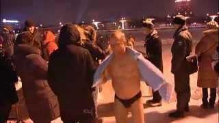 Крещенские купания в проруби(Православные христиане во многих странах отмечают крещение, окунаясь в воду. В России верующие традиционно..., 2013-01-19T16:19:20.000Z)