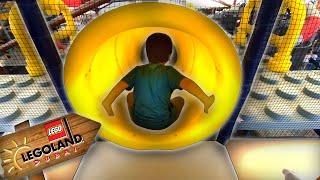 Brincando no Mundo da Lego | Kai e Clara se Divertem no Escorregador e Brinquedos da Legoland