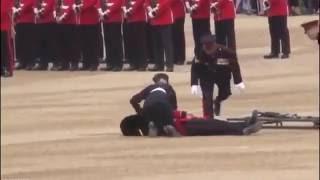 Гвардеец упал в обморок во время юбилея Елизаветы II...