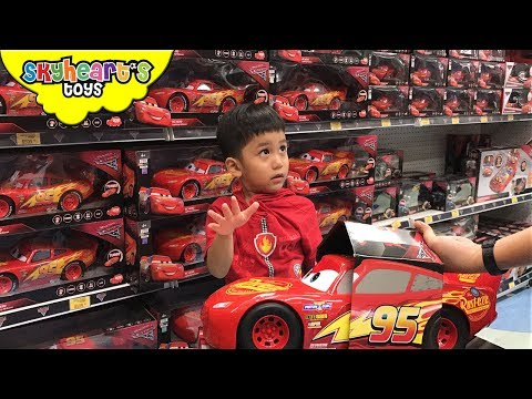 Disney Cars 3 Shopping at Toys R Us - Big Lightning Mcqueen, Jackson Storm, Cruz Ramirez Cars 3 Toys