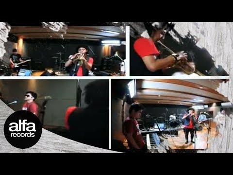 Pee Wee Gaskins feat Erwin Saz - Aku Bukan Musuhmu (Official Music Video)