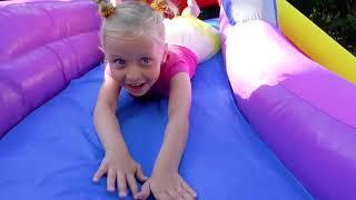 Niña Alicia juegan con globos gigantes de colores