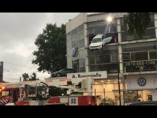 Un auto quedó colgando de un segundo piso de una concesionaria de #Volkswagen #SanIsidro #Acassuso