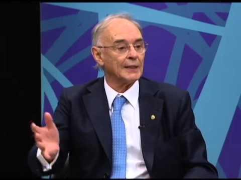 Arolde de Oira e jornalista Sonia Carneiro conversam sobre a Medalha Assembleia Nacional
