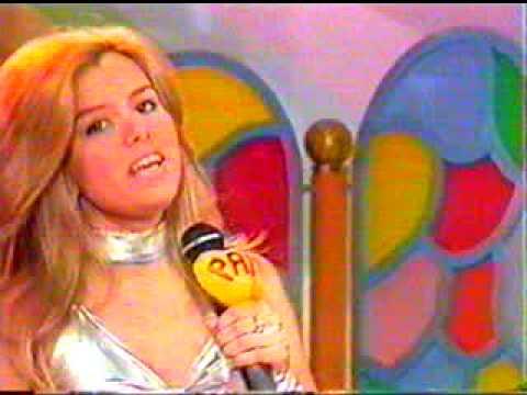 Pat Beijo/Patrícia Kiss, cantando no Clube da Criança.TV