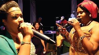 Repeat youtube video Isha Mashauzi na Leyla Rashid Walivyotambiana Jukwaani Dar Live