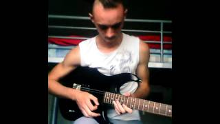 Instru type marylin manson jouer a la guitare