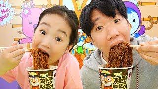 Boram et DDochi et conan Jouez dans l'aire de jeux intérieure et mangez des nouilles noires pororo!