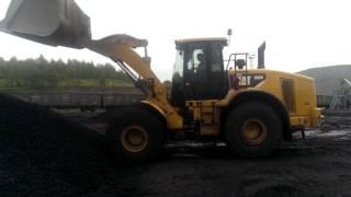 Фронтальный погрузчик CAT 966H в работе