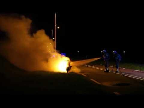 Motor volledig in vlammen op langs de Weg der Verenigde Naties