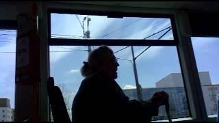 Babka v tramvaji mudruje o katolické církvi (Ostrava)