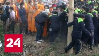 Монахи подрались с полицейскими в Таиланде. Видео