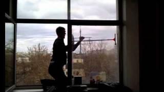 Мытьё окон. Чистый четверг..wmv(В нашем офисе не далеко от ТТК г. Москвы были очень грязные окна, скребок был, жидкость для мытья стекол тоже,..., 2011-04-20T12:09:45.000Z)