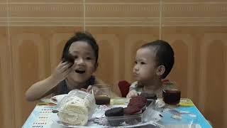 Món ăn vặt ( bánh bông lan nho🍓bánh cupcake socola , dâu 🍓 uông với coca cola)