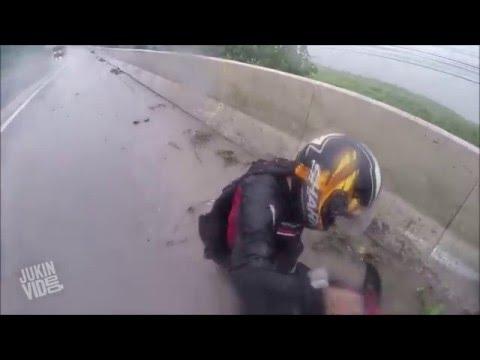 Удачное падение с мотоцикла в дождь