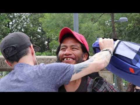 Regalando magia a la gente de la calle.¡ Mira sus reacciones !