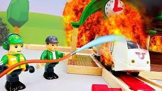 Пожарные поезда едут на вызов   Железная дорога и мультики для детей