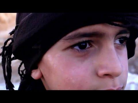 Террористы из ИГ сняли на видео, как 10-летний ребенок обезглавливает пленного