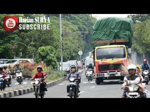 LHO, MANA POLISI? Truk kok Lewat Jalanan Kota Surabaya saat Jam Kerja