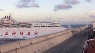 بالفيديو.. عبارة خارجة عن السيطرة تصدم شاطئ جزيرة الكناريا