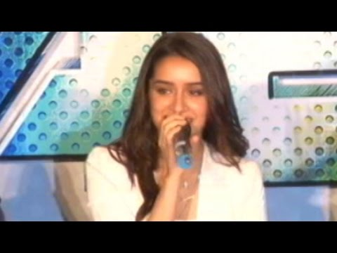 Shraddha Kapoor Singing Bezubaan | Live Performance