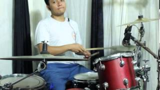 Noob drummer tryin to cover this song... XD.