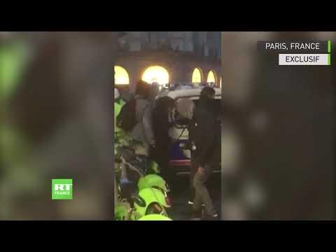 Des voitures de police prises pour cible à Paris