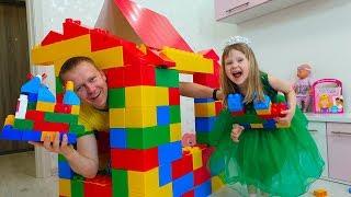 Тася и Папа играют с Игрушечными блоками и Строят Домик