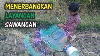 Download MENERBANGKAN LAYANGAN SAWANGAN DENGAN LAMPU DI MALAM HARI