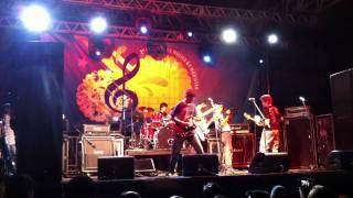 Banda Symbol cantando a música Sigo em Frente na Femar 2011.