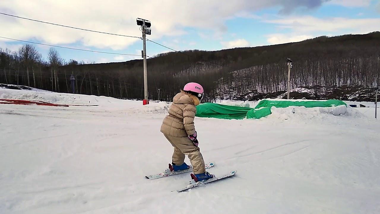 Девочка 6 лет катается на горных лыжах. Закрытие горнолыжного сезона с ребенком