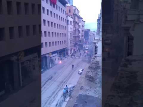 Olympiakos Taraftarıyla Fenerbahçe Taraftarı Arasında İstiklal Caddesi'nde Kavga Çıktı