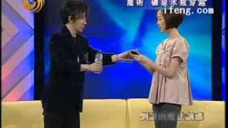 刘谦的魔法瞬间:把手机装进密封的瓶子-20080821鲁豫有约-视频-