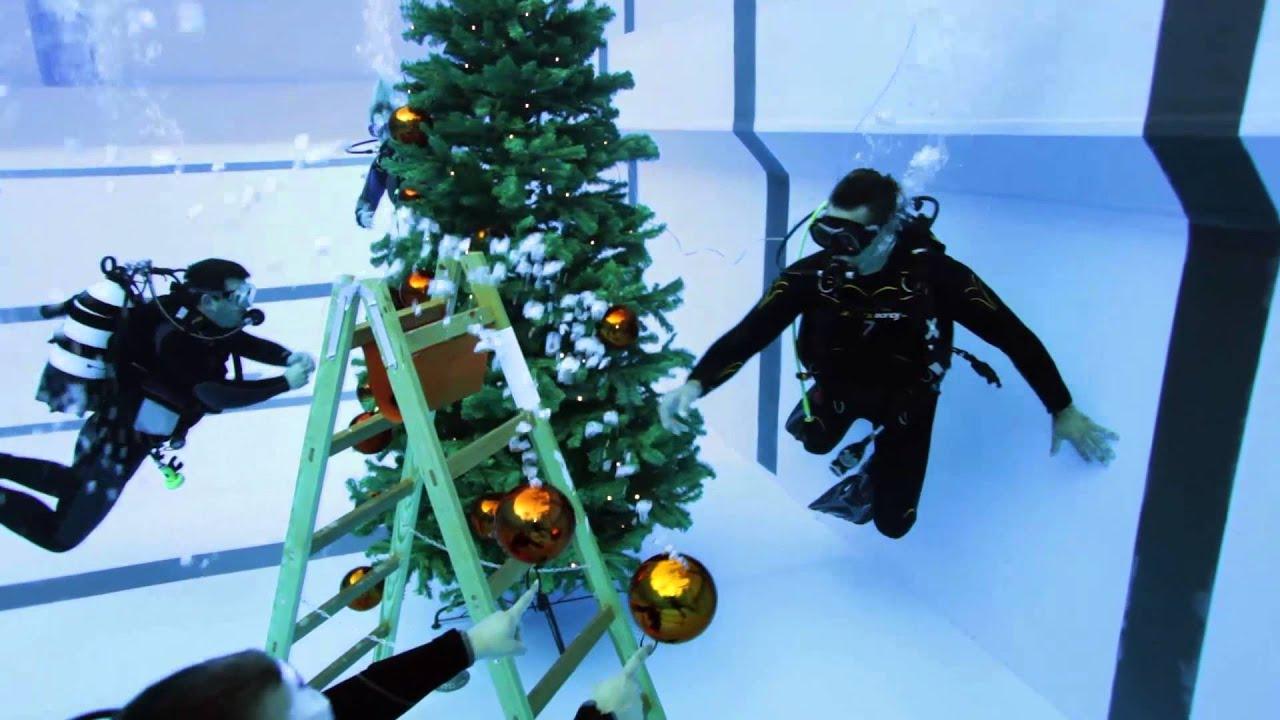 Nick de weihnachtsbaum schmucken