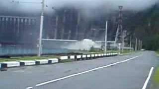 Видео момента аварии на Саяно-Шушенской ГЭС(Видео момента аварии на Саяно-Шушенской ГЭС., 2009-08-18T06:10:47.000Z)