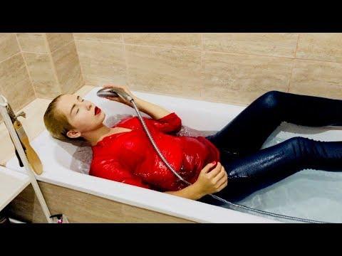 ВАННА В ОДЕЖДЕ / BATH WITH CLOTHES / JEANS / WETLOOK
