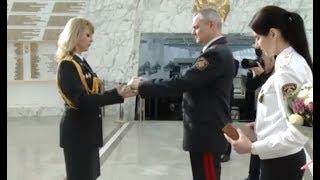 Впервые в Беларуси милиция наградила женщину холодным оружием