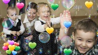 Дети веселятся и танцуют. Мы маленькие дети, нам хочется гулять. День Рождения Маргариты.(Дети веселятся и танцуют. Мы маленькие дети, нам хочется гулять. День Рождения Маргариты. https://youtu.be/hphdN2JwlnQ..., 2015-10-02T10:12:16.000Z)