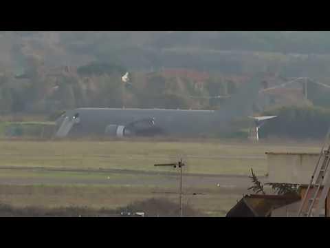 Coronavirus, l'arrivo a Pratica di Mare dell'aereo militare da Whuan