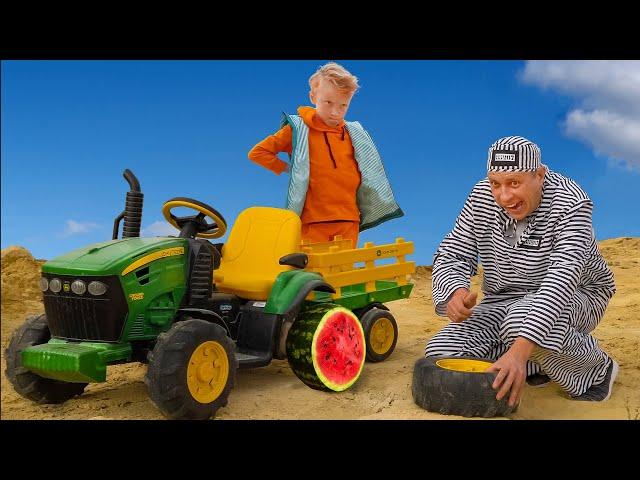 Лёва как полицейский ловит воришку, который сломал колесо на тракторе