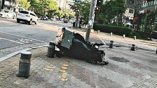 충격의 사고현장 산산조각난 오토바이를 지나치다. 오토바…