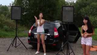 Автопати шоу в Чебоксарах. Танцы девчонок у машин.