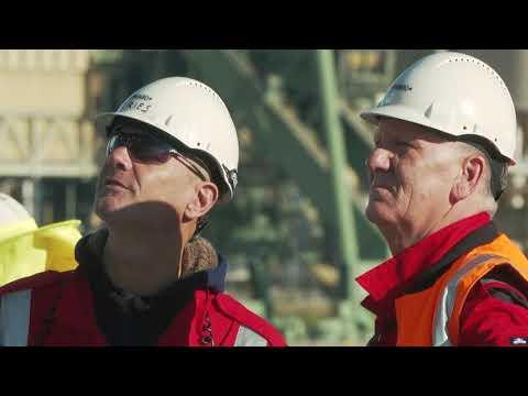Jumbo Kinetic offloads 1500t reclaimer at Port Kembla Coal Terminal