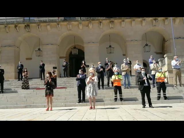 Aplausos en la Plaza Mayor de Cáceres en homenaje a las víctimas del Covid-19