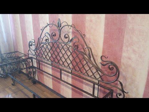 Кованная кровать и прикроватные тумбочки