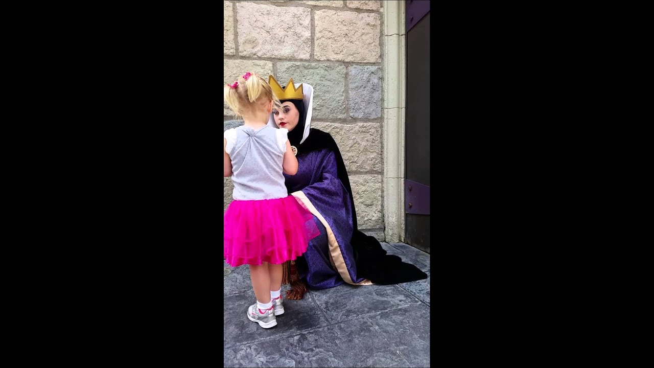 Kids with the Evil Queen (Disneyland) & Kids with the Evil Queen (Disneyland) - YouTube