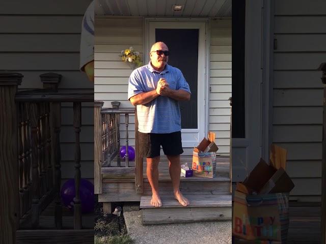 El emotivo momento en el que un hombre ve los colores por primera vez en 66 años