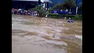 Ford Ranger jajal banjir di jakarta ( video pribadi ) 17-01-2013
