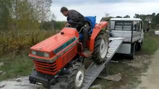 Załadunek traktorka ogrodniczego Kubota ZL1-185. www.akanty-ogrody.pl